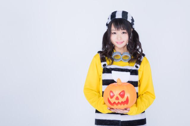 ハロウィンパンプキンを持参した仮装女子の写真
