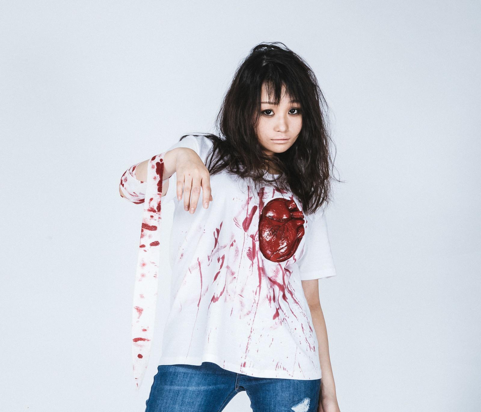 「心臓Tシャツを着て本格ハロウィン仮装美女 | 写真の無料素材・フリー素材 - ぱくたそ」の写真[モデル:茜さや]