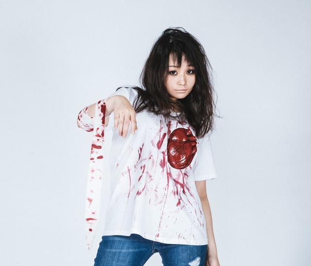 心臓Tシャツを着て本格ハロウィン仮装美女の写真