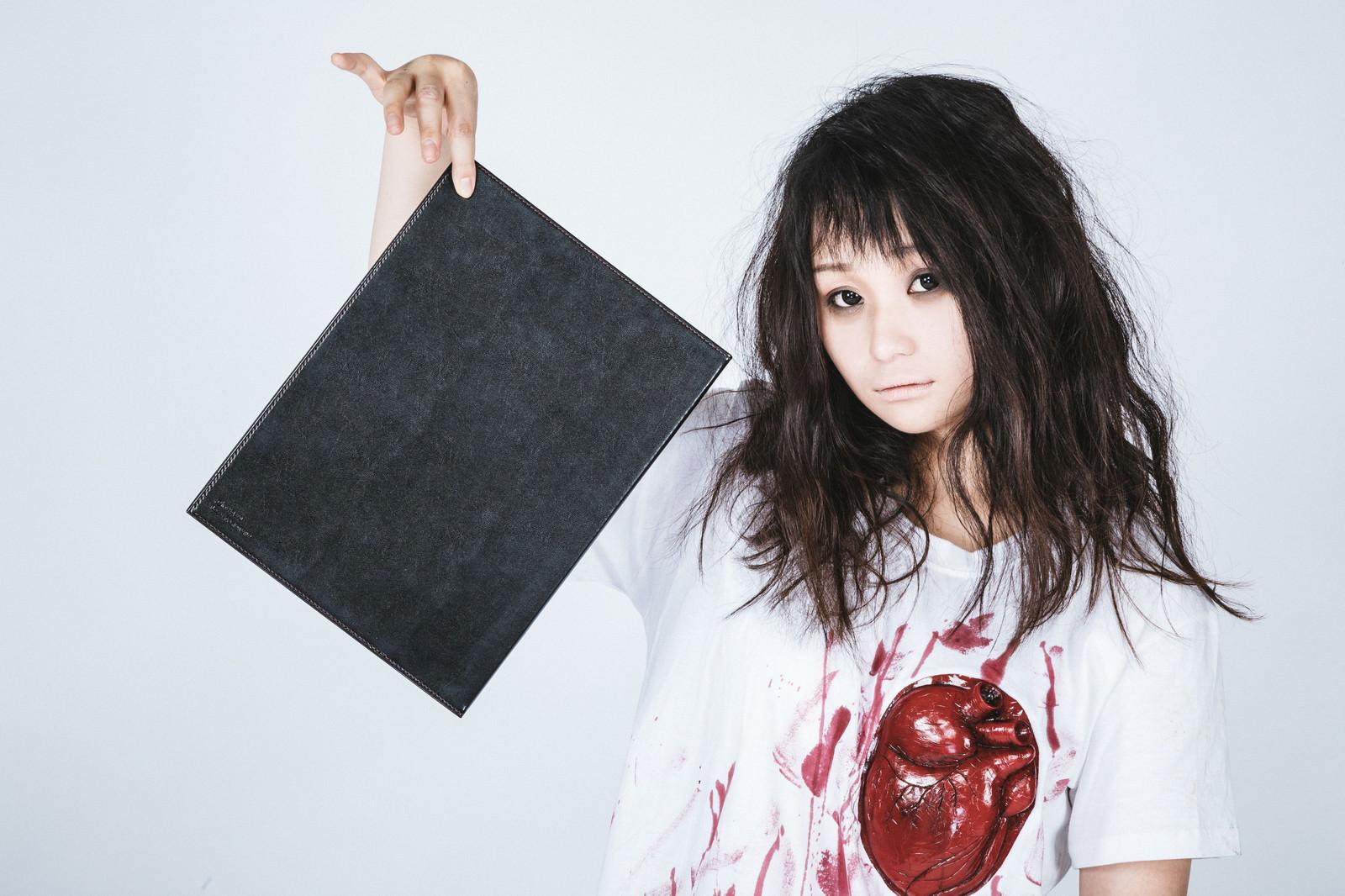 「名前を書いたら心臓発作で死ぬノート」の写真[モデル:茜さや]