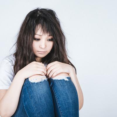 小山座りで病んだ女性の写真