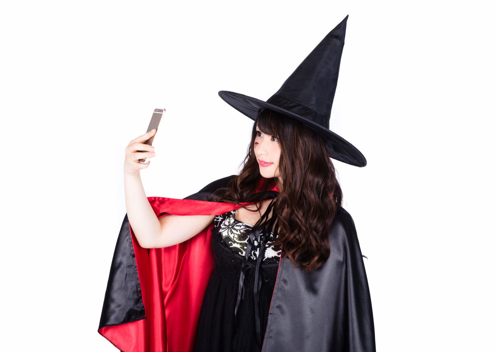 「自撮りする魔女(ハロウィン)自撮りする魔女(ハロウィン)」[モデル:茜さや]のフリー写真素材を拡大