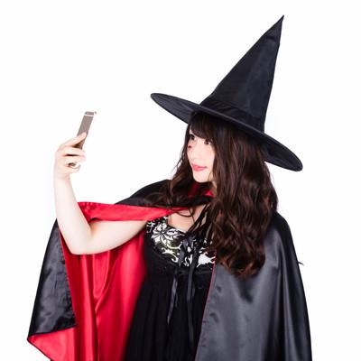 「自撮りする魔女(ハロウィン)」の写真素材