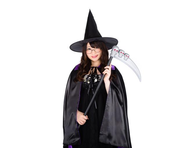 魔女のハロウィングッズを着こなす女性の写真