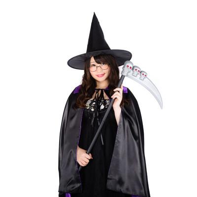 「魔女のハロウィングッズを着こなす女性」の写真素材
