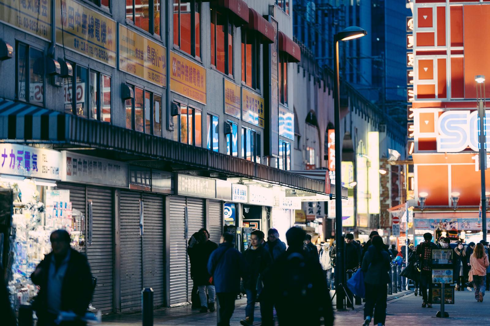 「秋葉原駅前を行き交う通行人」の写真