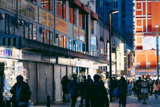 秋葉原駅前を行き交う通行人の写真
