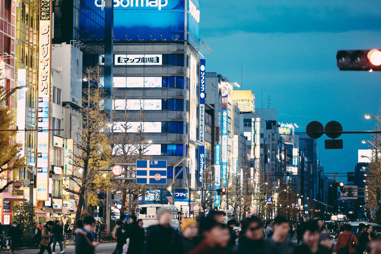 「横断中の通行人と街並み」の写真