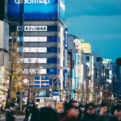 横断中の通行人と街並みの写真