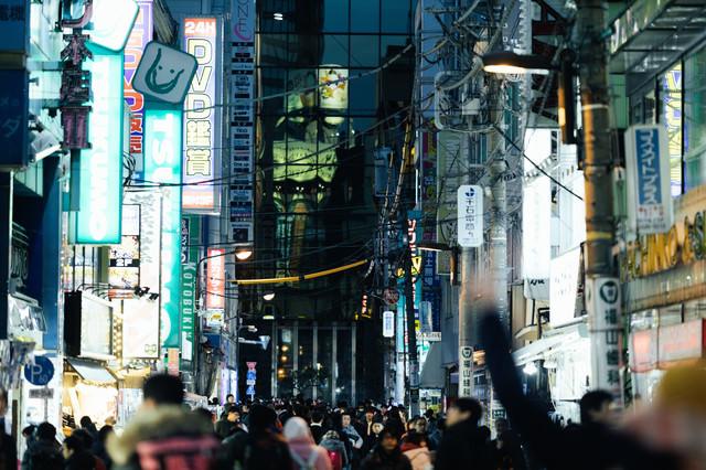 電気街に溢れる通行人(秋葉原)の写真