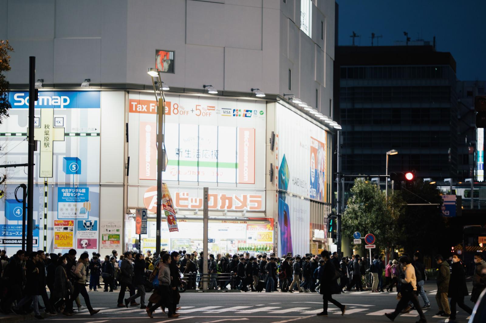 「横断歩道を渡る通行人(秋葉原)」の写真
