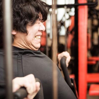 チェストプレスで大胸筋を鍛えるトレーニーの写真