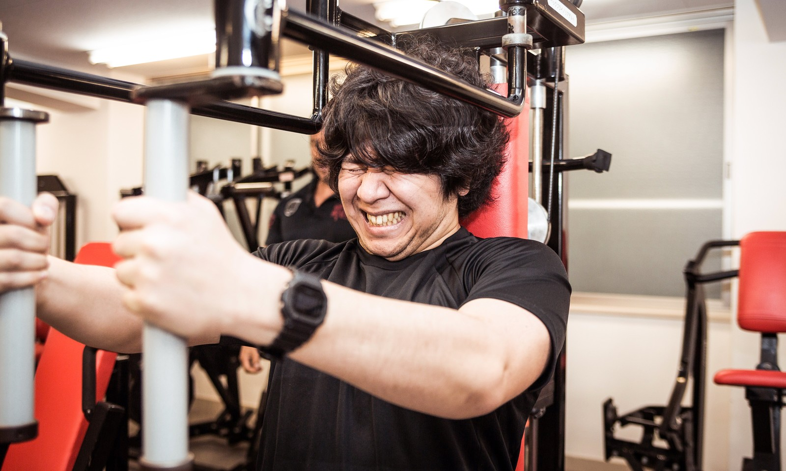 「バタフライマシンで大胸筋の肥大を狙う肥満児」の写真[モデル:あまのじゃく]