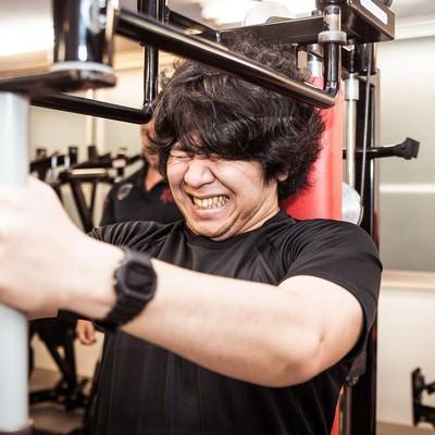 「バタフライマシンで大胸筋の肥大を狙う肥満児」の写真素材