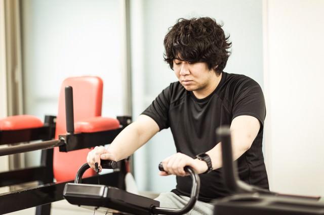 有酸素運動中に心拍数を確認するダイエッター