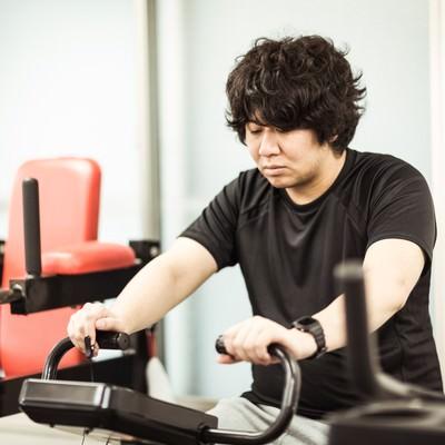 有酸素運動中に心拍数を確認するダイエッターの写真