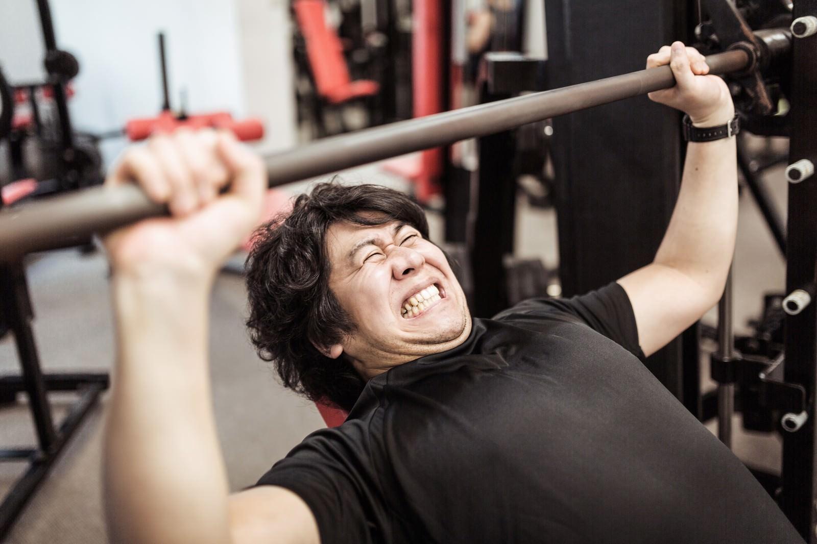 「インクラインベンチプレスで大胸筋上部を鍛えるトレーニーインクラインベンチプレスで大胸筋上部を鍛えるトレーニー」[モデル:朽木誠一郎]のフリー写真素材