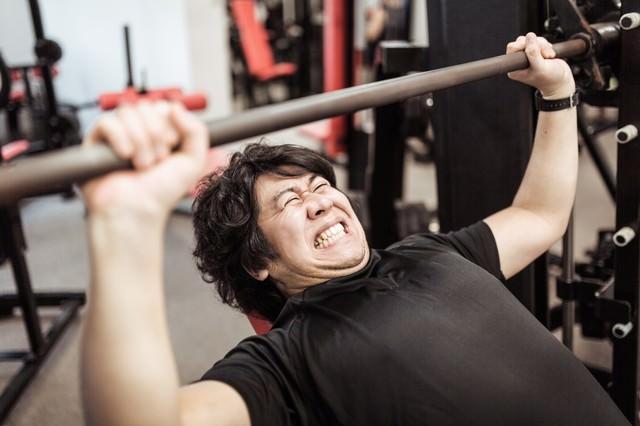 インクラインベンチプレスで大胸筋上部を鍛えるトレーニーの写真