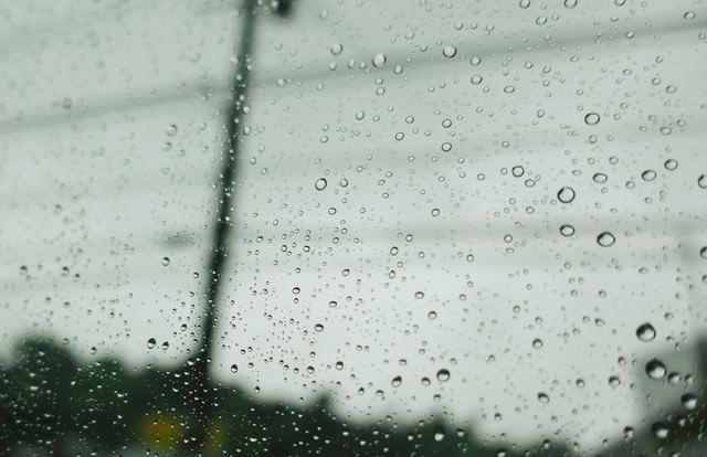雨空と窓についた水滴の写真