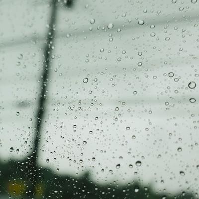 「雨空と窓についた水滴」の写真素材