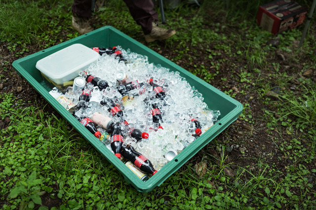 氷で冷やされたペットボトルの飲み物の写真