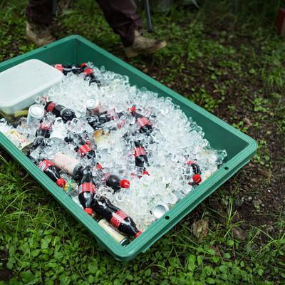 「氷で冷やされたペットボトルの飲み物」の写真素材