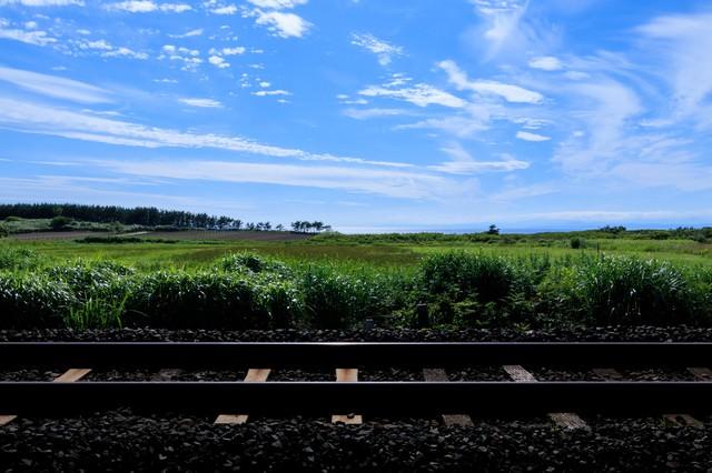 一本の線路と青空の写真