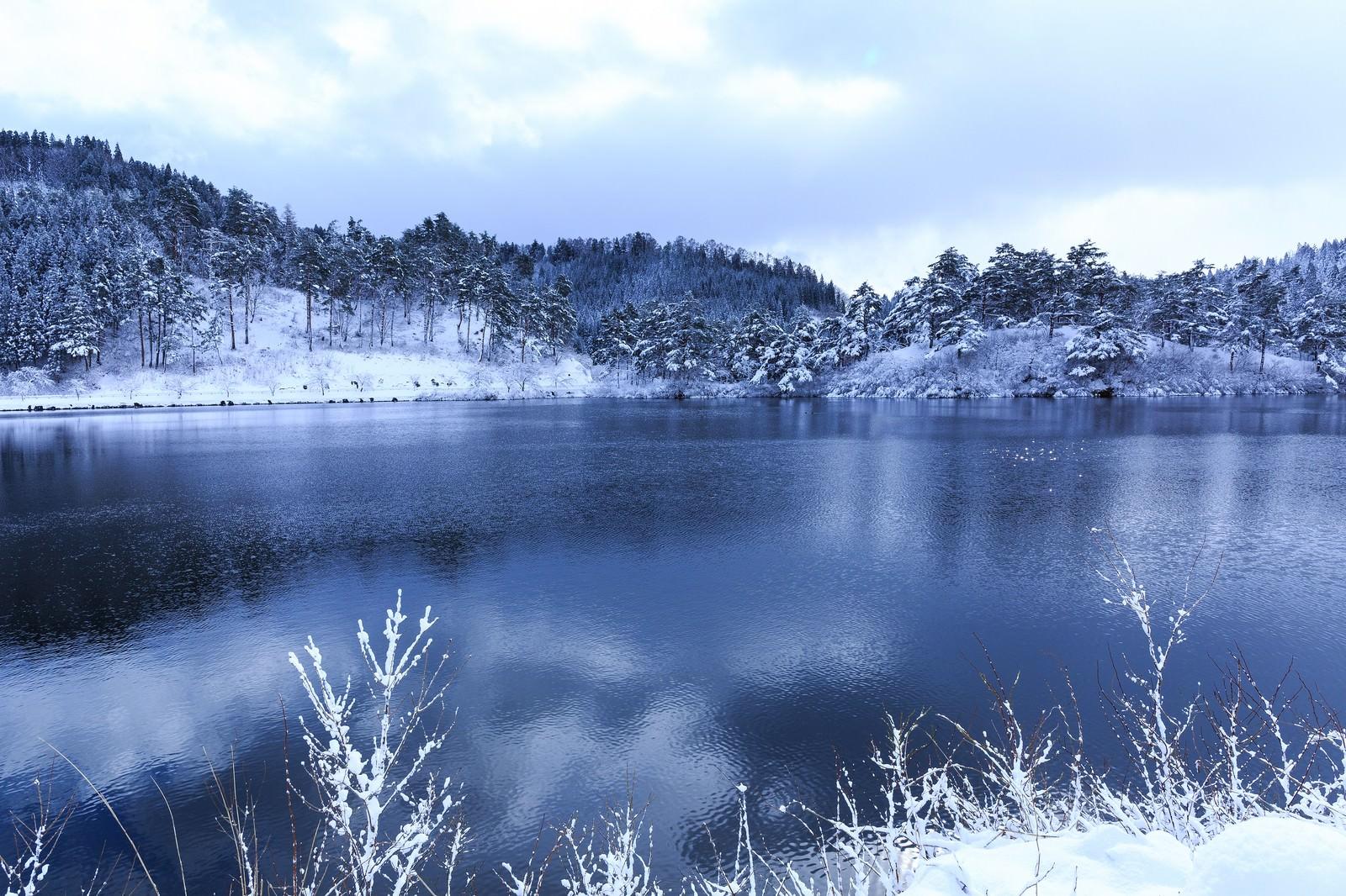 「山間の沼と雪景色」の写真