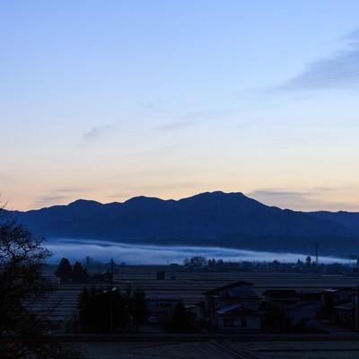 「霧の中の朝(田舎)」の写真素材
