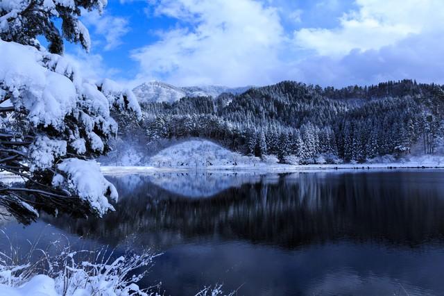山間の沼地(雪化粧)の写真