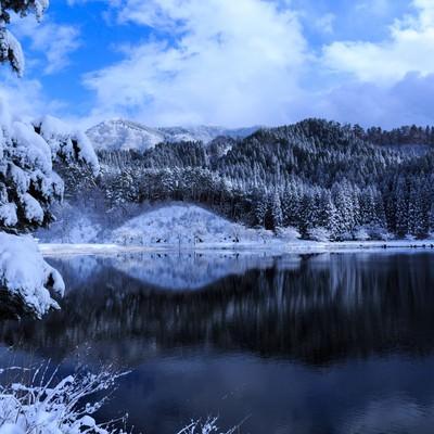 「山間の沼地(雪化粧)」の写真素材
