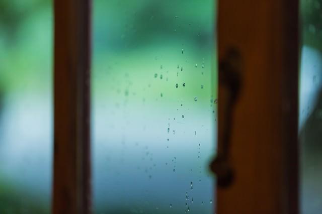 ガラス窓についた水滴の写真