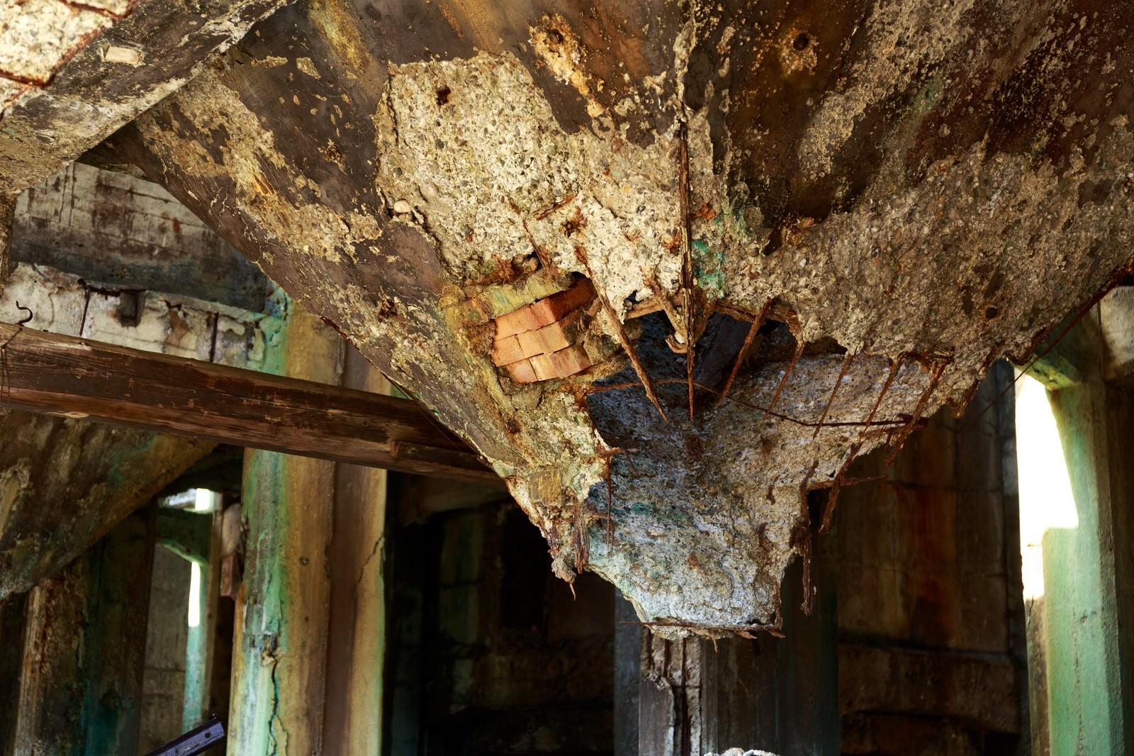 「天井の壁が崩壊した廃墟」の写真