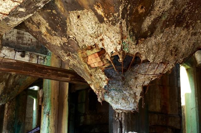 天井の壁が崩壊した廃墟の写真