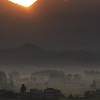 「夜明け、霧に包まれた田舎」の写真素材