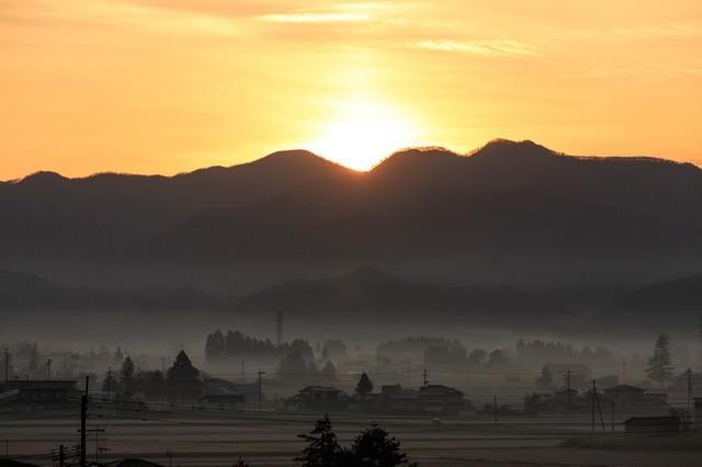 夜明けと田舎町の写真
