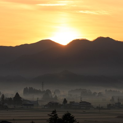 「霧に包まれる田舎町」の写真素材