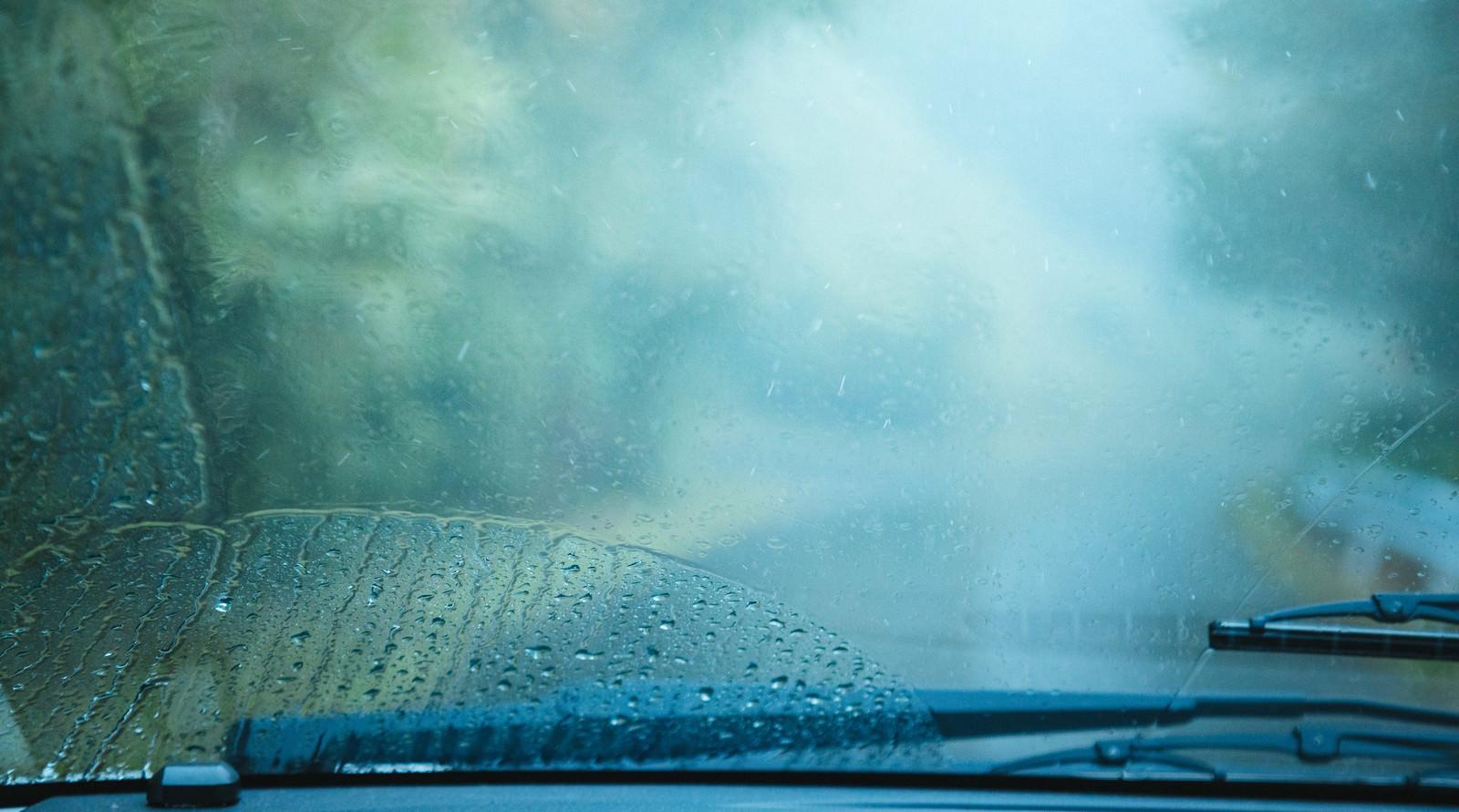 「雨天時の車のフロントガラス雨天時の車のフロントガラス」のフリー写真素材を拡大