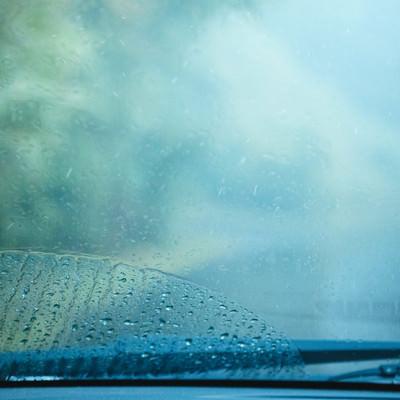 雨天時の車のフロントガラスの写真