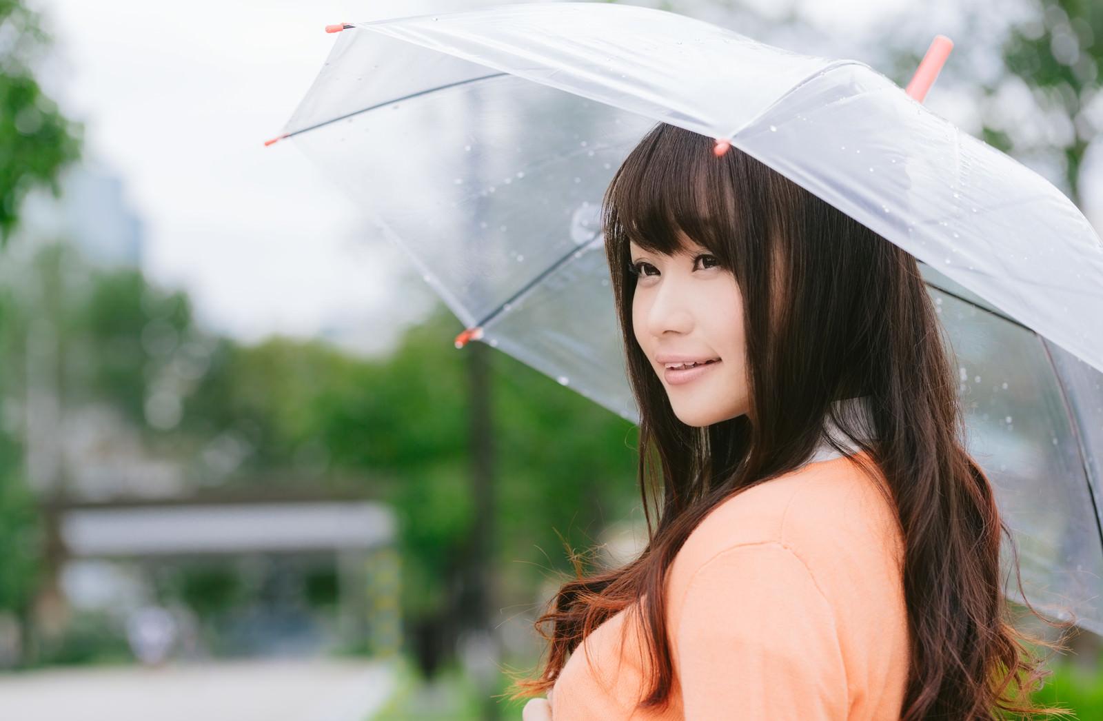 「雨の日と傘と美女雨の日と傘と美女」のフリー写真素材を拡大