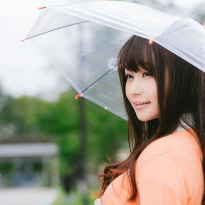 「雨の日と傘と美女」の写真素材