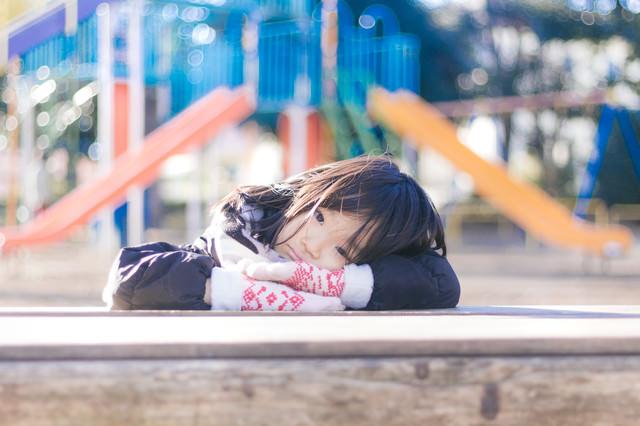 公園で遊び足りない女の子の写真