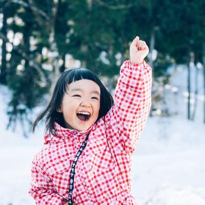 「雪だるまつくるよー!」の写真素材