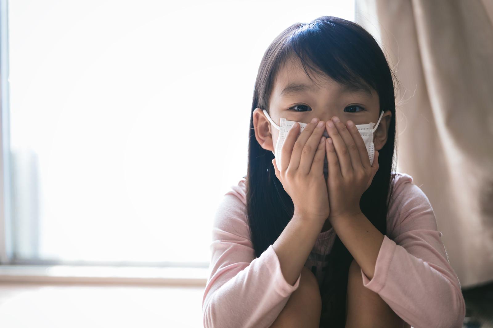 「インフルエンザ対策にマスクをする子供」の写真[モデル:あんじゅ]