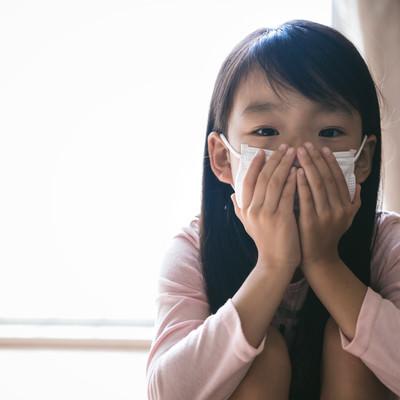 インフルエンザ対策にマスクをする子供の写真