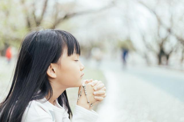 祈りを捧げるクリスチャンの子供の写真