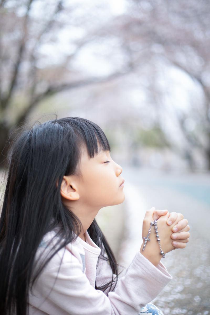 「神様に祈りを捧げる女の子」の写真[モデル:あんじゅ]