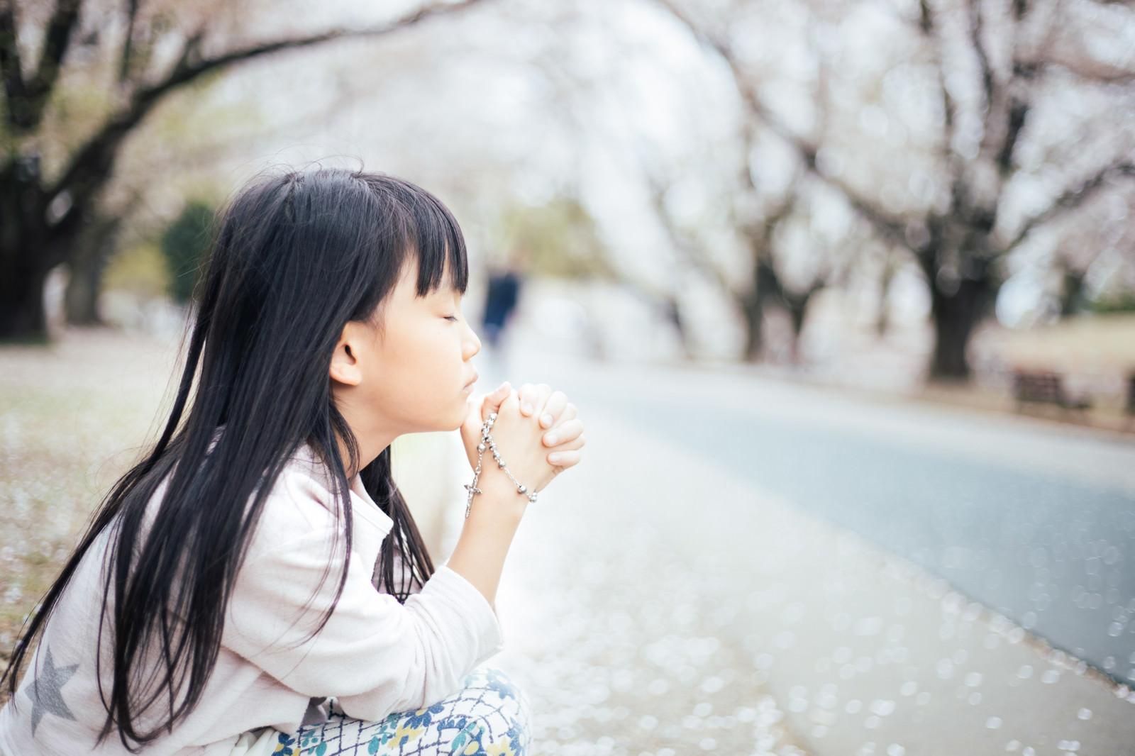 「ロザリアを握り締めて願う女の子」の写真[モデル:あんじゅ]