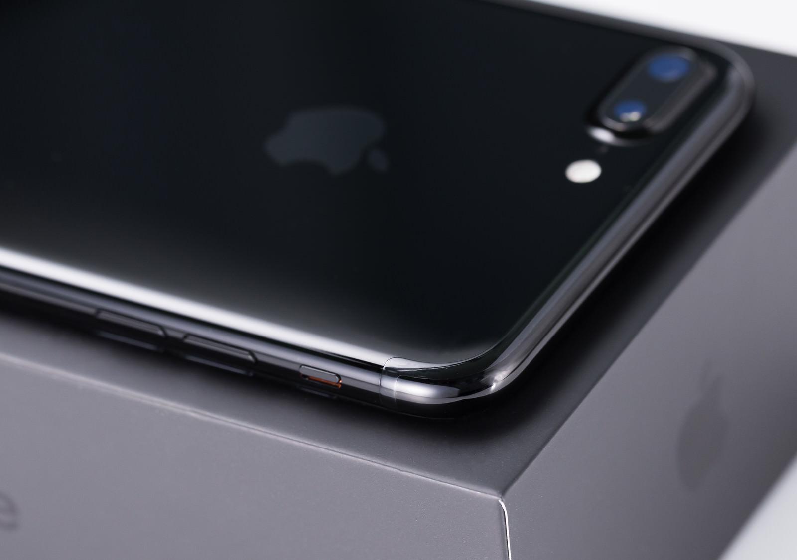 「アンテナラインの境目がわからない漆黒のスマートフォン」の写真