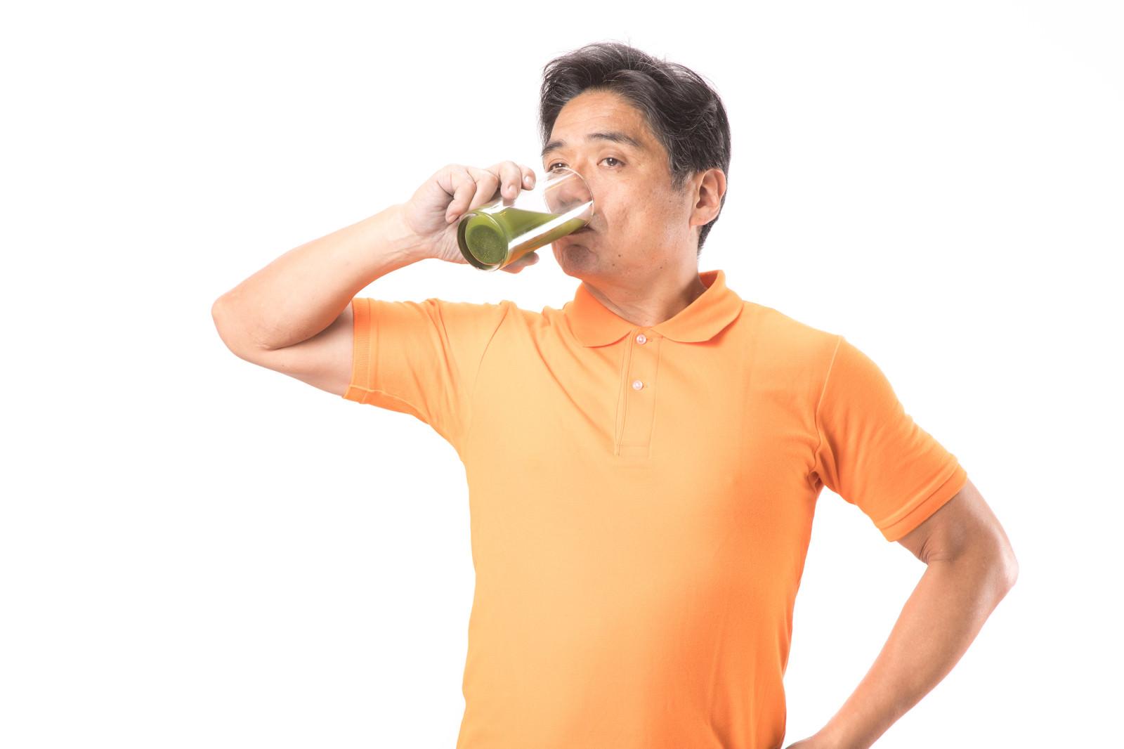 「青汁をグビグビ飲む健康お父さん」の写真[モデル:よたか]